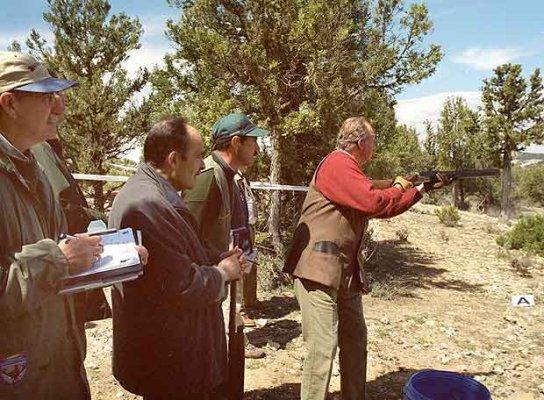 El rey Juan Carlos practica el tiro deportivo en la Escuela de Caza de Castillejo de Robledo