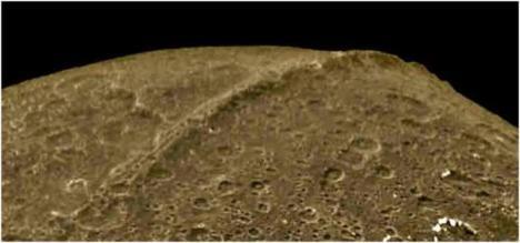 La luna es artificial Luna-lapetus9
