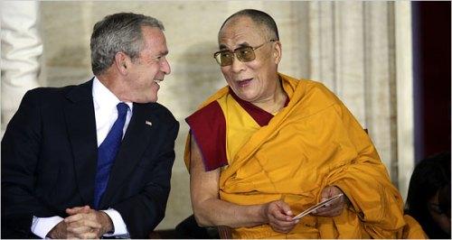 El Dalai Lama y los monjes tibetanos;otro fraude religioso Dalai-lama-bush